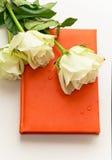 Cuaderno con las rosas blancas como regalo Fotos de archivo libres de regalías
