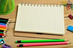 Cuaderno con los accesorios de la escuela Fotos de archivo