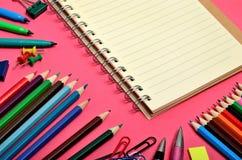 Cuaderno con los accesorios de la escuela Imagen de archivo