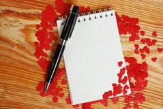 Cuaderno con los pequeños corazones rojos Fotografía de archivo