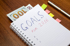 Cuaderno con metas del texto del año 2016 con el dólar Imagenes de archivo
