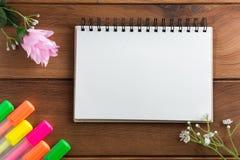 Cuaderno con puntos culminantes de madera de un piso de la pluma imágenes de archivo libres de regalías