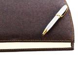 Cuaderno de cuero rojo de Brown con la pluma libre illustration