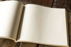Cuaderno de dibujo blanco en la tabla Imagenes de archivo