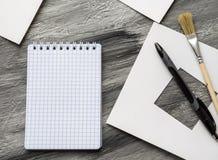 Cuaderno de la escuela con la flor en la tabla gris De nuevo a escuela Imagen de archivo