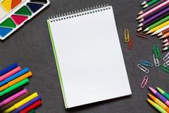 Cuaderno de la escuela y diversos efectos de escritorio De nuevo a concepto de la escuela foto de archivo