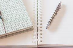 Cuaderno de la pluma y del greencover con el cuaderno espiral Imagenes de archivo