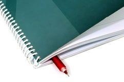 Cuaderno de notas del negocio con la pluma Imagen de archivo libre de regalías