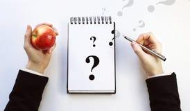 Cuaderno de notas en un fondo blanco Pregunta Imagen de archivo libre de regalías
