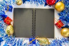 Cuaderno de papel negro con la página en blanco Imagen estacional para el mensaje de saludo o el poner letras con el lugar para e Foto de archivo