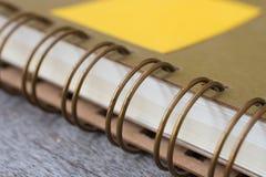 Cuaderno de Ring Binder en de madera fotografía de archivo libre de regalías