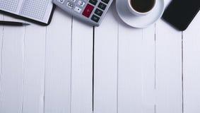 Cuaderno del café del smartphone de la calculadora imágenes de archivo libres de regalías