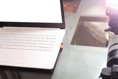 Cuaderno del ordenador en la tabla y la cámara imagen de archivo libre de regalías