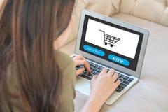 Cuaderno del ordenador del primer en el sofá con la mujer asiática para hacer compras en línea en la forma de vida del concepto d fotos de archivo libres de regalías