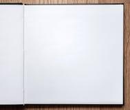 Cuaderno en blanco abierto en el fondo de madera Fotografía de archivo libre de regalías