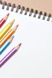 Cuaderno en blanco con el lápiz del color. Fotos de archivo libres de regalías