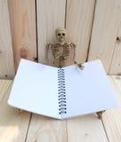 Cuaderno en blanco con el ser humano esquelético Foto de archivo libre de regalías