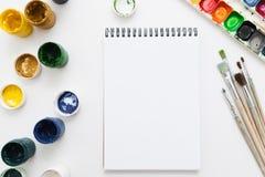 Cuaderno en blanco con endecha del plano de la maqueta de las herramientas de dibujo Fotos de archivo