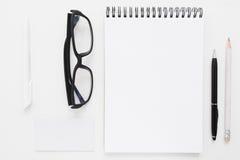 Cuaderno en blanco con la maqueta de los efectos de escritorio y de los vidrios Fotos de archivo libres de regalías