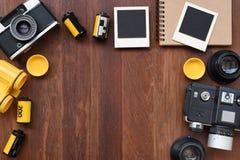 Cuaderno en blanco con la película de la foto, los marcos de la foto y la cámara Fotos de archivo libres de regalías