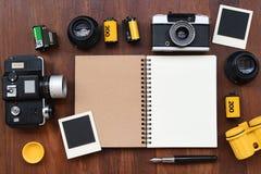 Cuaderno en blanco con la película de la foto, los marcos de la foto y la cámara Imagen de archivo libre de regalías