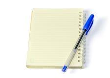 Cuaderno en blanco con la pluma Fotos de archivo libres de regalías