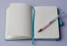 Cuaderno en blanco con la pluma Imagen de archivo libre de regalías