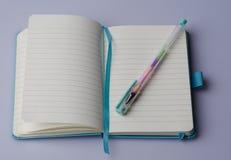 Cuaderno en blanco con la pluma Imágenes de archivo libres de regalías