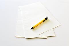 Cuaderno en blanco con la pluma amarilla Fotos de archivo libres de regalías