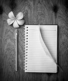 Cuaderno en blanco con la pluma blanca Foto de archivo libre de regalías