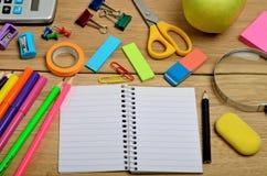 Cuaderno en blanco con los accesorios de la escuela Imagen de archivo