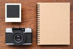 Cuaderno en blanco con los marcos y la cámara de la foto Imagenes de archivo