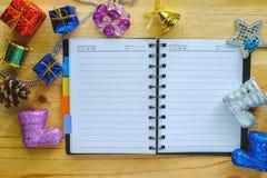 Cuaderno en blanco con los ornamentos de la Navidad y del Año Nuevo Foto de archivo
