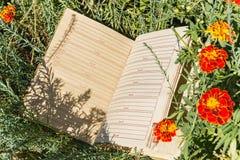 Cuaderno en blanco en hierba verde Foto de archivo