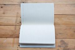 cuaderno en blanco en la madera Imágenes de archivo libres de regalías