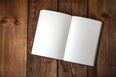 Cuaderno en blanco en la tabla de madera foto de archivo