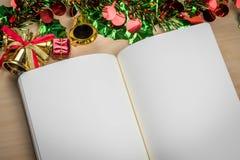 Cuaderno en blanco en la tabla de madera con las decoraciones de la Navidad Imagen de archivo libre de regalías