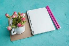Cuaderno en blanco en fondo de la aguamarina Fotos de archivo