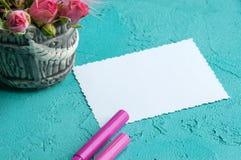 Cuaderno en blanco en fondo de la aguamarina Imagenes de archivo