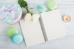 Cuaderno en blanco, macarrones azulverdes, regalo Imágenes de archivo libres de regalías