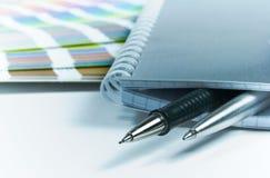 Cuaderno en blanco, plumas, color gu Imagenes de archivo