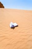 Cuaderno en cuesta de la duna de arena Fotografía de archivo libre de regalías
