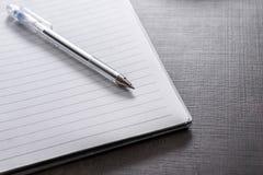 Cuaderno en el escritorio fotografía de archivo