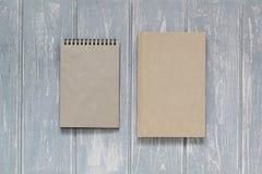 Cuaderno en el escritorio de madera gris Fotografía de archivo