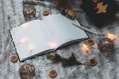 Cuaderno en el fondo de los juguetes del árbol de navidad garlands Visión desde arriba Espacio para el texto foto de archivo