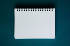 Cuaderno en la estera del corte Foto de archivo