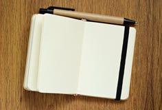 Cuaderno en la tabla Imágenes de archivo libres de regalías