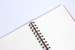 Cuaderno en la tabla blanca Imagenes de archivo
