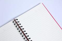 Cuaderno en la tabla blanca Fotos de archivo