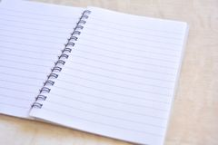 Cuaderno en la tabla de madera imagenes de archivo